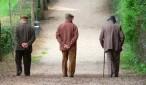 anziani-che-camminano-con-le-mani-dietro-la-schiena